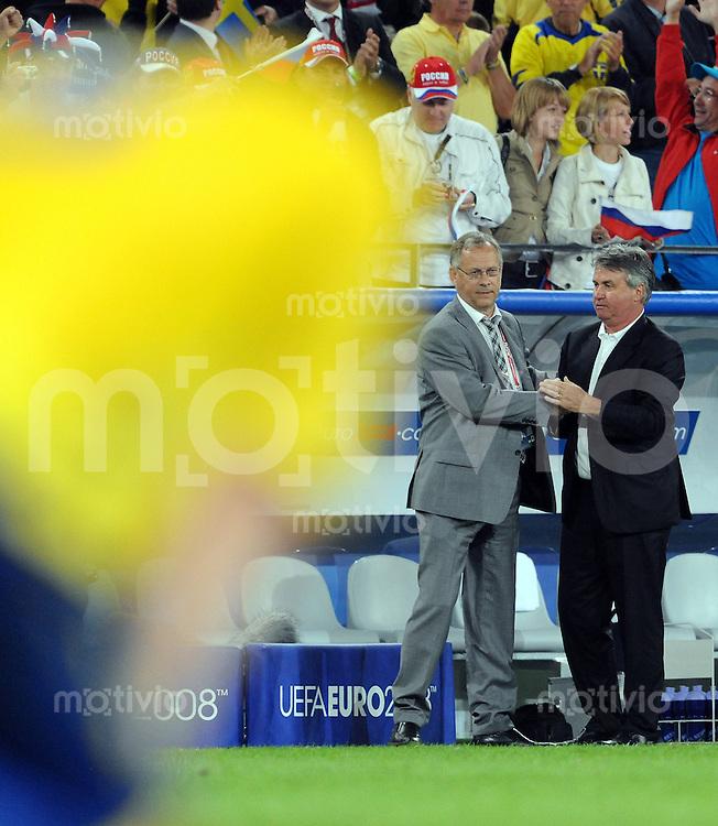 FUSSBALL EUROPAMEISTERSCHAFT 2008  Russland - Schweden    18.06.2008 Trainer Lars Lagerbaeck (SWE, links) gratuliert seinem Kollegen Guus Hiddink (RUS, rechts) nach dem Spiel. Im Vordergrund steht ein enttaeuschter Spieler.