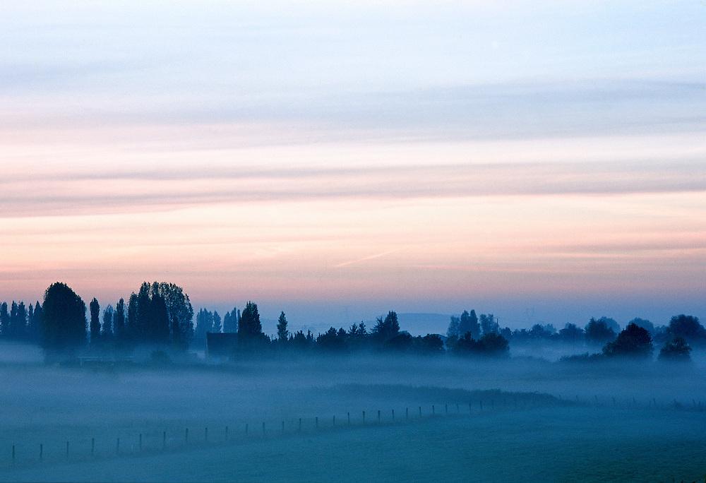 Lever du jour sur la campagne flamande, Flandres, Nord-Pas-de-Calais, France.<br /> Daybreak on the Flemish countryside, Nord-Pas-de-Calais region, France.