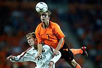Fotball. EM-kvalifisering. 07.09.2002.<br />Nederland v Hviterussland 3-0.<br />Andy van der Meyde, Nederland og Aleksander Hleb, Hviterussland.<br />Foto: Stanley Gontha, Digitalsport