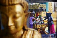 Myanmar (ex Birmanie), Yangon (Rangoon), Paya Sule, offrandes matinales // Myanmar (Burma), Yangon (Rangoon), Paya Sule, morning offering