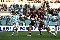 Fotball<br /> Serie A Italia<br /> Foto: Graffiti/Digitalsport<br /> NORWAY ONLY<br /> <br /> Roma 16/1/2005 <br /> <br /> Lazio Palermo 1-3<br /> <br /> Palermo forward Luca Toni (C) challenged by Lazio's defender Aparecido Cesar (L) and Sebastiano Siviglia (R)