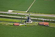 Nederland, Noord-Holland, Schermerhorn, 14-07-2008; molen aan de Noordervaart: in verband met het niveauverschil tussen de polder Schermer (voorgrond) en de boezem (de ringvaart op het tweede plan) zijn drie opeenvolgende molens nodig om het water vanuit de polder uit te slaan; in beeld de middelste molen die nu museum is; Gouden Eeuw, Schermerpolder, poldermolen, museummolen, toerisme, attractie, toeristische attractie.17 th century historical watermill used for reclamation of land; . ;. ;..luchtfoto (toeslag); aerial photo (additional fee required); .foto Siebe Swart / photo Siebe Swart