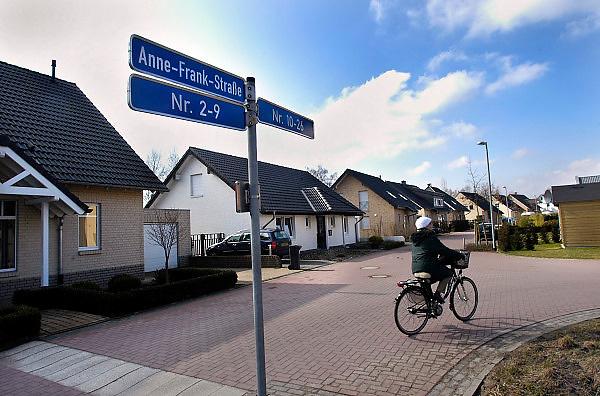 Duitsland, Kranenburg, 10-3-2005..In de nieuwbouw wijk Richter Gut in het stadje Kranenburg, op 15 km van Nijmegen, wonen 80 % Nederlanders. Er staan enkele honderden nieuwe huizen. ..nederlandse makelaars zijn aktief in deze markt. Duitsers klagen over de gebrekkige integratie, deelname aan het maatschappelijke en sociale leven, van de Hollanders. Integreren. Verschillenden hebben hun huis alweer verkocht en zijn teruggegaan. Ook vinden er nogal wat echtscheidingen plaats. Spijtoptanten.Grondprijs, kavel, bouwkavel en het bouwen van een huis zijn goedkoper als in Nederland. Emigranten, emigratie. Wonen in Duitsland. Grensstreek, woningmarkt, koophuis, Anne Frank strasse...Foto: Flip Franssen/Hollandse Hoogte