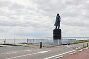 Afsluitdijk met standbeeld van Ingenieur Cornelis Lely |  Afsluitdijk with statue of Engineer Cornelis Lely