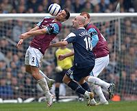 Photo: Daniel Hambury.<br />West Ham United v Manchester City. The Barclays Premiership. 15/04/2006.<br />West Ham's Lional Scaloni and City's Antoine Sibierski battle.