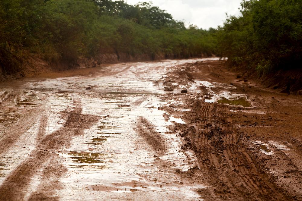 Virgem da Lapa_MG, Brasil...Barro na estrada de terra em Virgem da Lapa...The mud on the dirt road in Virgem da Lapa...Foto: LEO DRUMOND / NITRO