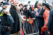Streekbezoek van Koning Willem-Alexander en Koningin Máxima aan de Groningse en Drentse Veenkoloniën<br /> <br /> Visit of King Willem-Alexander and Queen Maxima at the Groningen and Drenthe peat.<br /> <br /> Op de foto / On the photo: Aankomst bij het Multifunctioneel Centrum De Deele in Emmer-Compascuum / Arrival at the Multifunctional Centre The Deele in Emmer-Compascuum