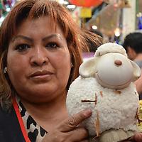 """Toluca, México.- Como parte de los rituales de Año Nuevo, deseando salud, amor, dinero y trabajo principalmente, personas acuden a comercios dedicados al esoterismo, uno de ellos es con la Señora """"Toñita"""" ubicada en el mercado 16 de septiembre, quien lleva más de 35 años dedicándose a la venta de amuletos y esotería. Agencia MVT / Arturo Hernández."""