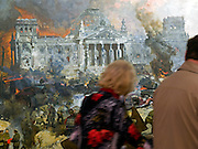 "Moskau/Russische Foederation, RUS, 10.05.2008: Besucher betrachten ein drei dimensionales Diorama welches die Schlacht um den Reichstag in Berlin waehrend des 2. Weltkriegs darstellt. Das ganze im Museum des Grossen Vaterlaendischen Krieges in Moskau. Das Museum befindet sich auf dem Berg ""Poklonnaja Gora"". Verbunden damit ist der sogenannte Siegespark mit einer offenen Darstellung von militaerischen Fahrzeugen, Flugzeugen und Kanonen.<br /> <br /> Moscow/Russian Federation, RUS, 10.05.2008: Visitors viewing a three-dimensional model (diorama) about the battle at the Reichstag in Berlin during the Second World War at the Museum of the Great Patriotic War in Moscow at Poklonnaya Gora (Bowing Hill). Featured is the Victory Park with an open display of military vehicles, aircraft, cannons and the Central Museum building of the Great Patriotic War."
