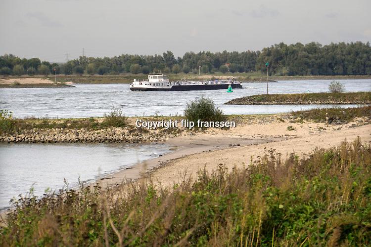 Nederland, Ooijpolder, 13-10-2020 Langs de rivier in de Gelderse Poort bij de Vlietberg . Binnenvaartschepen komen voorbij .Foto: ANP/ Hollandse Hoogte/ Flip Franssen