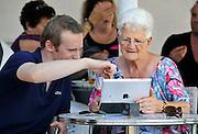 Nederland, Rotterdam, 2-10-2011Een jongeman laat zijn oma zien wat je met een ipad zoal niet kan. Betrokkenen hebben toestemming gegeven voor editorial gebruik.Foto: Flip Franssen/Hollandse Hoogte