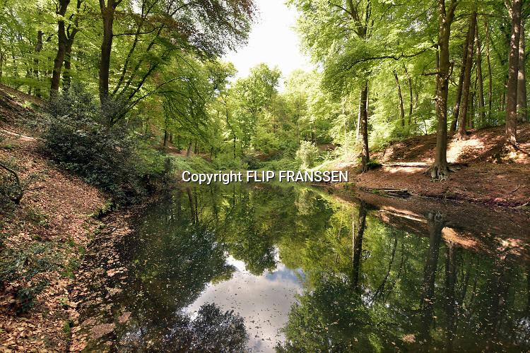 Nederland, The Netherlands, Plasmolen, 3-5-2018 De Jansberg is een heuvel, onderdeel van de stuwwal die tussen Groesbeek en de Maas ligt . Hier ligt de bron van de Sprengenbeek die langs het wandelpad naar beneden loopt en een watermolen voedt . Lokatie is opgenomen in de wandelroute walk of wisdom die door de regio, omgeving, rijk van nijmegen voert, pelgrimstocht, pelgrimsroute, Foto: ANP/ Hollandse Hoogte/ Flip Franssen