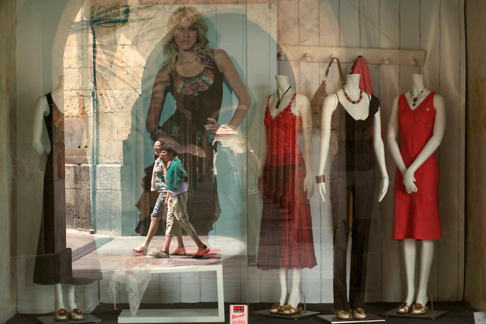 España. Castilla-La Mancha. Salamanca <br /> Escaparate de una boutique en la Plaza Mayor<br /> <br /> © JOAN COSTA