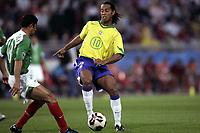 Fotball<br /> Foto: Dppi/Digitalsport<br /> NORWAY ONLY<br /> <br /> CONFEDERATIONS CUP 2005<br /> <br /> BRASIL v MEXICO - 19/06/2005<br /> <br /> RONALDINO (BRA) / SALVADOR CARMONA (MEX)