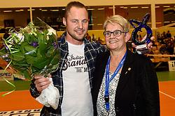 30-12-2015 NED: Uitreiking Ingrid Visser en Volleybalkrant Award 2015, Almelo<br /> Volleybalkrant organiseert voor de derde keer de beste volleyballer, volleybalster, coach en talent van het jaar. De Volleybalkrant award 2015 is voor Gijs Ronnes als beste coach. Rechts Siny Pots