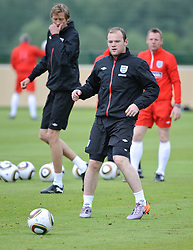 19.05.2010, Arena, Irdning, AUT, FIFA Worldcup Vorbereitung, Training England, im Bild Wayne Rooney (Manchester United), Peter Crouch (Tottenham Hotspur), EXPA Pictures © 2010, PhotoCredit: EXPA/ S. Zangrando / SPORTIDA PHOTO AGENCY