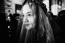 Numerose bambine vestite da piccoli angeli accompagnano la statua della Vergina Desolata. Portano in mano i segni della Passione di Cristo: la corona di spine, le funi, le fruste, la canna, il calice, i dadi, la tenaglia, i chiodi.