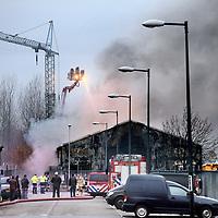 Nederland, Amsterdam , 3 december 2013.<br /> In het Westelijk havengebied in Amsterdam woedt dinsdagochtend een zeer grote brand in meerdere loodsen. Aan de Heining staan tot nu toe drie opslagplaatsen in brand.<br /> Foto:Jean-Pierre Jans