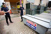 Wouter Horstink (links) en Timo Westerhoff bekijken een container die niet afgesloten is en los staat. In Leusden zorgen studenten van de ROC A12 opleiding Veiligheid & Toezicht als stagiair voor toezicht en handhaving in het winkelcentrum De Biezenkamp. De ondernemers in het winkelcentrum bepalen welke taken de studenten krijgen, de politie en een buitengewoon opsporingsambtenaar begeleiden de studenten.