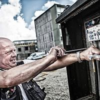 YouSee tekniker i gang med at montere udstyr på en byggeplads i Viby ved Århus