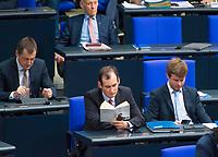 DEU, Deutschland, Germany, Berlin, 21.11.2018: Norbert Kleinwächter (MdB, Alternative für Deutschland, AfD) bei der Lektüre eines Buchs von Helmut Schmidt (Was ich noch sagen wollte) während einer Plenarsitzung im Deutschen Bundestag.