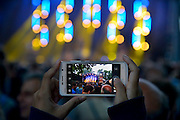 Nederland, The Netherlands, Nijmegen,  24-7-2015 Recreatie, ontspanning, cultuur, dans, theater en muziek in de binnenstad. Podium in de Betouwstraat. Een van de tientallen feestlocaties in de stad. Onlosmakelijk met de vierdaagse, 4daagse, zijn in Nijmegen de vierdaagse feesten, de zomerfeesten. Talrijke podia staat een keur aan artiesten, voor elk wat wils. Een week lang elke avond komen ruim honderdduizend bezoekers naar de stad. De politie heeft inmiddels grote ervaring met het spreiden van de mensen, het zgn. crowd control. De vierdaagsefeesten zijn het grootste evenement van Nederland en verbonden met de wandelvierdaagse. Foto: Flip Franssen/Hollandse Hoogte