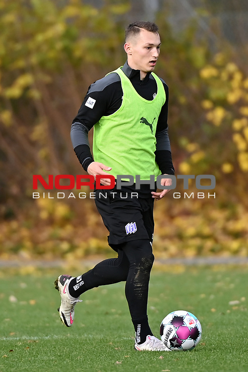 19.11.2020, Sportpark Illoshöhe, Osnabrück, GER, 2. FBL, Training VfL Osnabrück <br /> <br /> im Bild<br /> Sven Köhler (VfL Osnabrück) am Ball.<br /> <br /> Foto © nordphoto / Paetzel