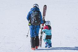 THEMENBILD - eine Mutter mit ihrem Kind am Weg zum Lift am Kitzsteinhorn Gletscherskigebiet, aufgenommen am 13. Februar 2021 in Kaprun, Österreich // a mother with her child on the way to the ski lift at the Kitzsteinhorn glacier ski resort in Kaprun, Austria on 2021/02/13. EXPA Pictures © 2021, PhotoCredit: EXPA/ JFK