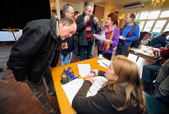 Nederland, Arnhem, 26-1-2010Werknemers van AKZO schrijven zich in als staker in een zaaltje van cafe Metropole in Arnhem.Foto: Flip Franssen/Hollandse Hoogte