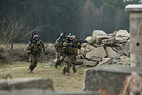 """03 APR 2012, LEHNIN/GERMANY:<br /> Kampfschwimmer der Bundeswehr trainieren """"an Land"""" infanteristische Kampf, hier Haeuserkampf- und Geiselbefreiungsszenarien auf einem Truppenuebungsplatz<br /> IMAGE: 20120403-01-145<br /> KEYWORDS: Marine, Bundesmarine, Soldat, Soldaten, Armee, Streitkraefte, Spezialkraefte, Spezialkräfte, Kommandoeinsatz, Übung, Uebung, Training, Spezialisierten Einsatzkraeften Marine, Waffentaucher"""
