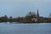 Nederland, Ooijpolder, Kekerdom, 8-1-2018Hoogwater in de Millingerwaard bij zonsondergang. Het water staat tot aan het buitendijkse kerkje.Foto: Flip Franssen