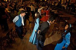Tradicional na Ilha de Açores e em Portugal, a Dança do Pézinho ganhou vida nova no Rio Grande do Sul. Peões pilchados e prendas bem vestidas dão o toque gaúcho a essa dança popular de pé marcado, com todo mundo cantando junto. FOTO: Lucas Uebel/Preview.com
