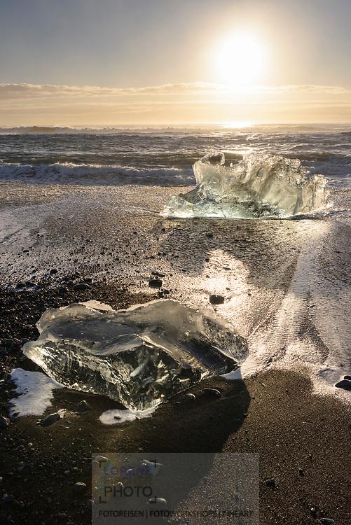 Küste mit schwarzem Lavasand und Eisblöcken bei der Gletschlagune Jökulsarlon, Island<br /> <br /> Coast with black lava sand and ice boulders at the glacier lagoon Jökulsarlon, Iceland