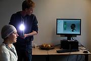 In Delft wordt bij de faculteit Industrieel Ontwerpen een 3D scan gemaakt van de nieuwe rijdster Lieke de Cock. In september wil het Human Power Team Delft en Amsterdam, dat bestaat uit studenten van de TU Delft en de VU Amsterdam, tijdens de World Human Powered Speed Challenge in Nevada een poging doen het wereldrecord snelfietsen voor vrouwen te verbreken met de VeloX 8, een gestroomlijnde ligfiets. Het record is met 121,81 km/h sinds 2010 in handen van de Francaise Barbara Buatois. De Canadees Todd Reichert is de snelste man met 144,17 km/h sinds 2016.<br /> <br /> At the Technical University Delft faculty Industrial Design Engineering (IDE) a 3D scan is made of rider Lieke de Cock. With the VeloX 8, a special recumbent bike, the Human Power Team Delft and Amsterdam, consisting of students of the TU Delft and the VU Amsterdam, also wants to set a new woman's world record cycling in September at the World Human Powered Speed Challenge in Nevada. The current speed record is 121,81 km/h, set in 2010 by Barbara Buatois. The fastest man is Todd Reichert with 144,17 km/h.