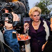 NLD/Amsteram/20121021- Premiere HEMA de Musical, Marjolein Touw en haar zus testen de Hema worst