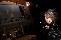 26.03.2010, Dorfplatz, Unken, AUT, Empfang Reinfried Herbst, im Bild seine Heimatgemeinde bereitet Slalom Wletcupsieger Reinfried Herst, einen herzlichen Empfang, er schaut sich eine Video Präsentation die seine Fans für ihn vorbereitet haben an, EXPA Pictures © 2010, PhotoCredit: EXPA/ J. Feichter / SPORTIDA PHOTO AGENCY