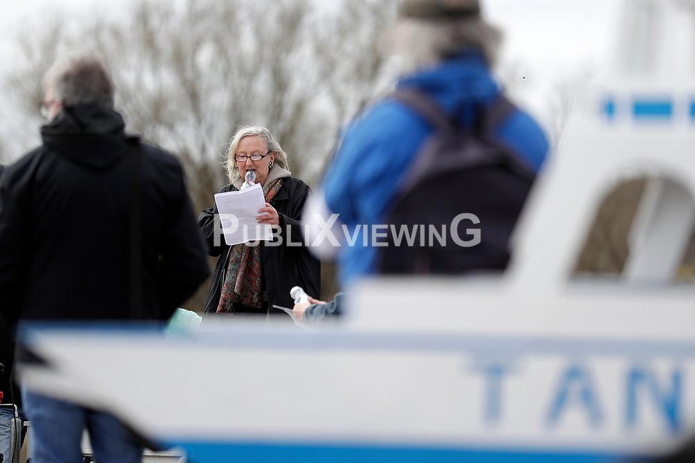 Kundgebung und Fahrraddemonstration der Gegner einer geplanten Elbbrücke in Neu Darchau. Mit der Veranstaltung soll auf die Einwohnerbefragung am folgenden Tag aufmerksam gemacht werden. Im Bild: Moderatorin Doris Krohn
