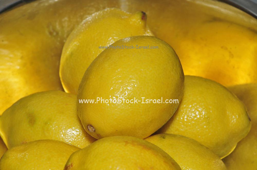 A bowl of lemons