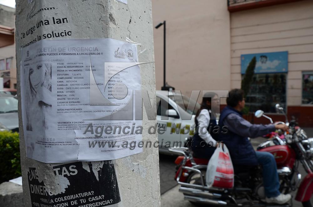 Toluca, México (Abril 27, 2016).-Una de las prácticas para buscar a personas desaparecidas es colocar volantes en postes de la capital mexiquense, en esta ocasión se busca a una joven de 16 años de edad, llamada Xochitl Anai Campaña, quien desapareció el pasado 20 de abril y se une a lista de decenas de mujeres desaparecidas en el Estado de México. Agencia MVT / Arturo Hernández.