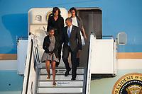 18 JUN 2013, BERLIN/GERMANY:<br /> Barack Obama (vorne R), Praesident USA, seine Tocher Sasha Obama (vorne L), Michelle Obama, Ehefrau des Praesidenten und Malia Obama, die aeltere Tochter, steigen aus der Airfoce Number One, Ankunft auf dem militaerischen Teil des Flughafens Berlin Tegel, Besuch des Praesidenten der Vereinigten Staaten von Amerika, in Deutschland, Bundeskanzleramt<br /> IMAGE: 20130618-01-019<br /> KEYWORDS: Präsident U.S.A.