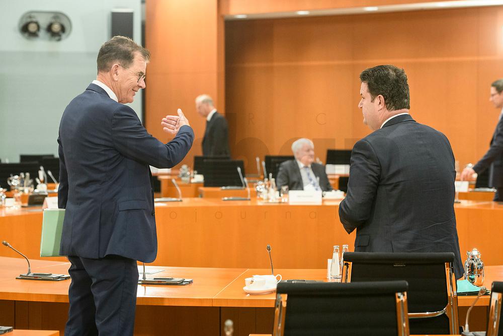 02 SEP 2020, BERLIN/GERMANY:<br /> Gerd Mueller (L), CSU, Bundesentwicklungshilfeminister, und Hubertus Heil (R), SPD, Bundesarbeitsminister, im Gespraech, vor Beginn einer SItzung des Kabinetts im grossen Sitzungssaal, der aufgrund der Corona-Vorgaben fuer die Kabinettsitzung genutzt wird, Budneskanzleramt<br /> IMAGE: 20200902-01-010<br /> KEYWORDS: Sitzung, Kabinett, Gerd Müller, Gespräch