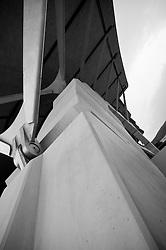 """È stata inaugurata il 1° luglio 2004, la nuova Chiesa di San Pio da Pietrelcina progettata dall'architetto Renzo Piano. Esattamente 45 anni prima, nel 1959,  veniva inaugurata la chiesa """"grande"""" di Santa Maria delle Grazie. .Sorta a fianco del santuario e convento in cui visse il frate, ha la forma di una conchiglia e la sua pianta ricorda quella della spriale archimedea. Enormi archi parto dal perimetro esterno e terminano nel fulcro della """"conchiglia"""" dove è posto l'altare. Possenti staffe d'acciaio, ancorate agli archi, sorreggono la volta che ricoperta di rame preossidato espone alla vista un intenso un colore verde-rame.   .Con i suoi 6000 mq, è la seconda chiesa più grande in Italia per dimensioni, dopo il Duomo di Milano. Può ospitare oltre 7000 persone e per la sua realizzazione sono state impiegati 30.000 metri cubi di calcestruzzo, 1.320 blocchi in pietra di Apricena, 70.000 metri cubi di scavo in roccia, 60.000 chili di acciaio, 500 mq di vetro, 19.500 mq di rame preossidato. Ogni anno è meta di oltre sei milioni di pellegrini..Nella foto particolare delle staffe in acciaio, ancorate sugli archi, che sorreggono la copertura della chiesa."""