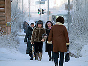 Passanten in der Innenstadt von Jakutsk. Jakutsk wurde 1632 gegruendet und feierte 2007 sein 375 jaehriges Bestehen. Jakutsk ist im Winter eine der kaeltesten Grossstaedte weltweit mit durchschnittlichen Winter Temperaturen von -40.9 Grad Celsius. Die Stadt ist nicht weit entfernt von Oimjakon, dem Kaeltepol der bewohnten Gebiete der Erde.<br /> <br /> Passersby in the city center of Yakutsk. Yakutsk was founded in 1632 and celebrated 2007 the 375th anniversary - billboard announcing the celebration. Yakutsk is a city in the Russian Far East, located about 4 degrees (450 km) below the Arctic Circle. It is the capital of the Sakha (Yakutia) Republic (formerly the Yakut Autonomous Soviet Socialist Republic), Russia and a major port on the Lena River. Yakutsk is one of the coldest cities on earth, with winter temperatures averaging -40.9 degrees Celsius.