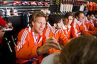 ROTTERDAM - Oliver Polkamp. Meet and Greet, handtekeningen verzamelen bij de hockey internationals in de Adidas stand tijdens de Rabobank Hockey World League. FOTO KOEN SUYK