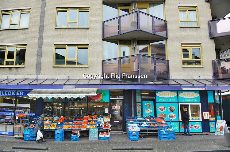 Nederland, Arnhem, 25-3-2009Wijk Klarendal. Veel Turkse en marokkaanse winkels. Groentewinkel, donner kebap . Multiculturele volkswijk aan de rand van de binnenstad. Ook modekwartier.Foto Flip Franssen