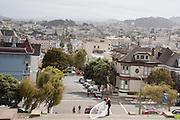 Een bruidspaar maakt foto's bij het Alta Plaza Park in San Francisco. Een drone filmt. De Amerikaanse stad San Francisco aan de westkust is een van de grootste steden in Amerika en kenmerkt zich door de steile heuvels in de stad.<br /> <br /> A newlywed couple takes pictures at the Alta Plaza Park in San Francisco. The US city of San Francisco on the west coast is one of the largest cities in America and is characterized by the steep hills in the city.