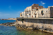 Town houses  and sea wall, Syracuse ( Siracusa) , Sicily .<br /> <br /> Visit our SICILY PHOTO COLLECTIONS for more   photos  to download or buy as prints https://funkystock.photoshelter.com/gallery-collection/2b-Pictures-Images-of-Sicily-Photos-of-Sicilian-Historic-Landmark-Sites/C0000qAkj8TXCzro<br /> If you prefer to buy from our ALAMY PHOTO LIBRARY  Collection visit : https://www.alamy.com/portfolio/paul-williams-funkystock/syracusesicily.html