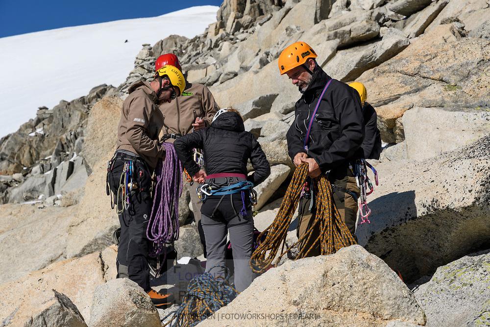 Alpinisten rüsten sich auf dem Galengrat zum Abseilen, Furka, Uri, Schweiz<br /> <br /> Alpinists on the Galengrat are prepairing the abseiling, Furka, Uri, Switzerland
