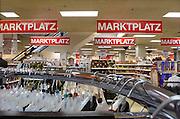 Duitsland, Kleef, 9-11-2008Winkel,warenhuis in het centrum van deze stad vlakbij Nijmegen. Het is koopzondag en veel nederlanders gaan hier inkopen doen.Foto: Flip Franssen/Hollandse Hoogte