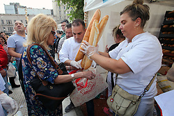 April 25, 2018 - Buenos Aires, Buenos Aires, Argentina - Bakers and small bread producers give away production in front of the National Congress, in protest over the increase in the price of flour. Bakers give 5000 kilos of bread to a large number of people in need. (Credit Image: © Claudio Santisteban via ZUMA Wire)